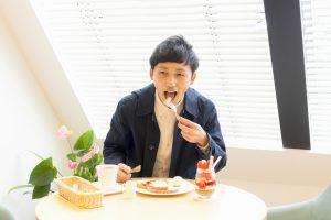 季節のプレートを食べている写真